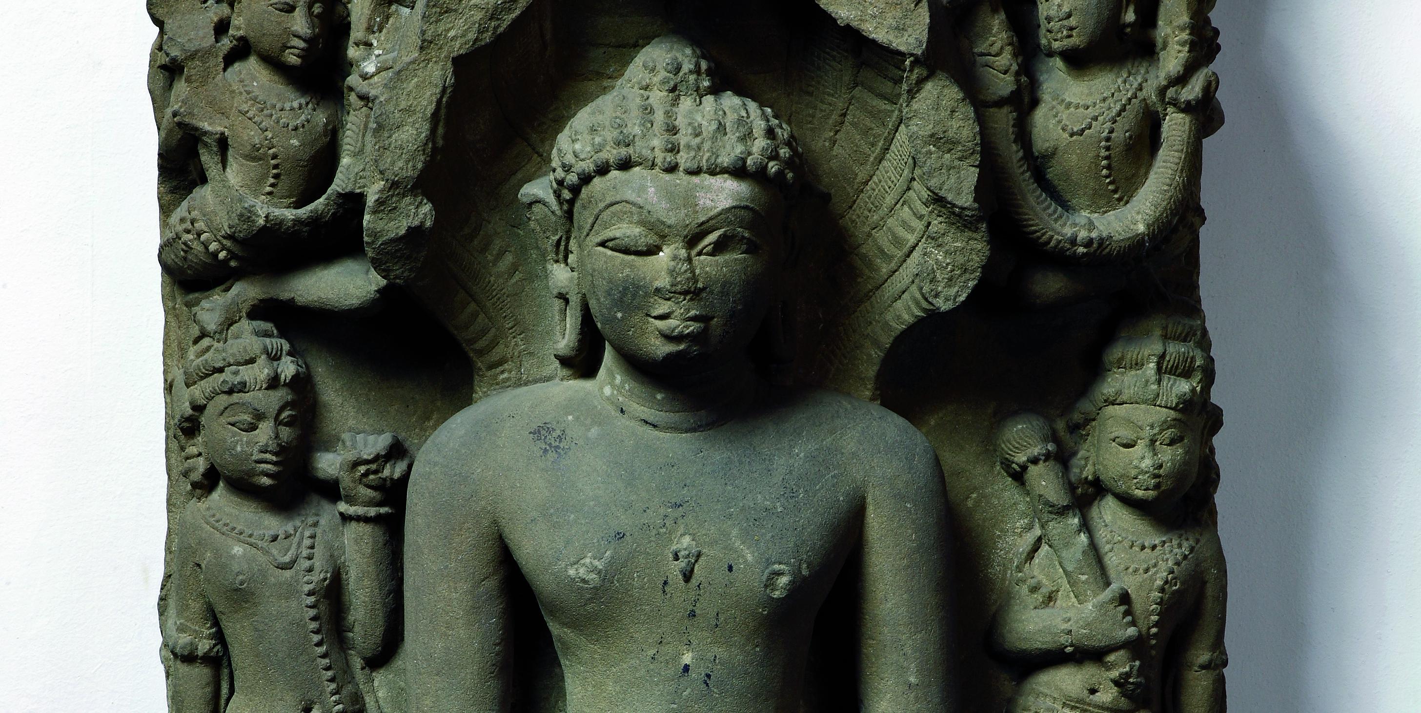 Zespół rzeźb indyjskich z przedstawieniami Tirthankarów