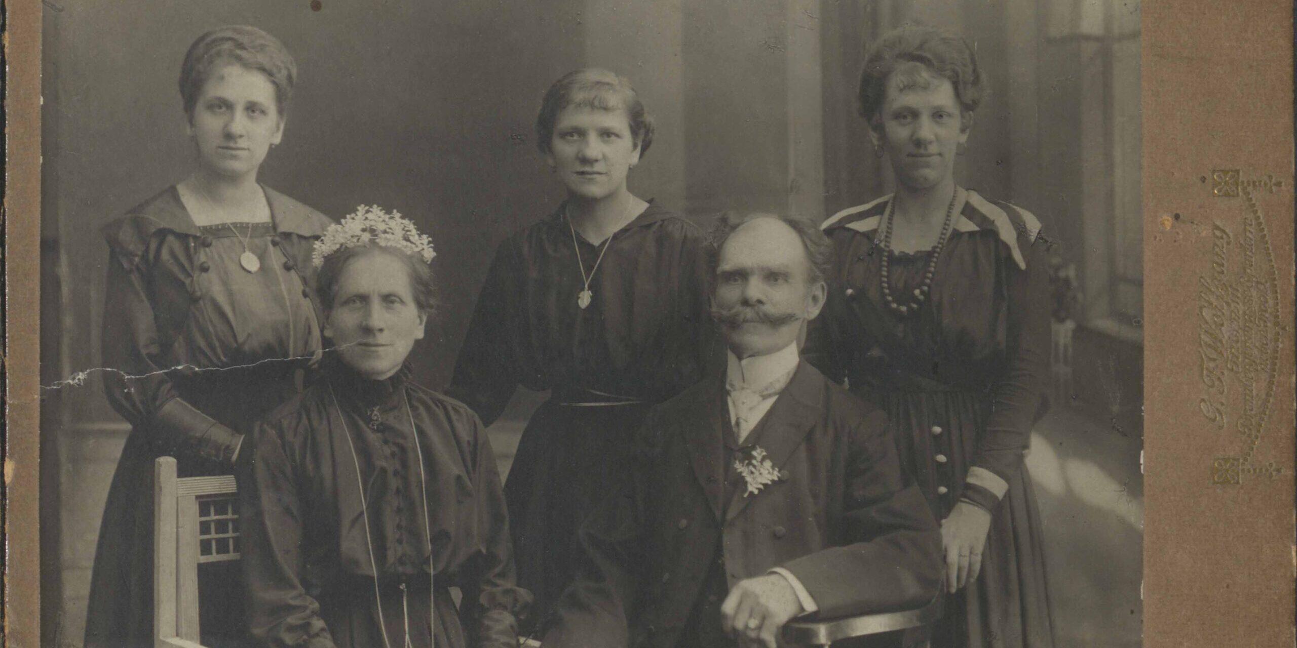 Torunianie oczami pierwszych fotografów – w atelier fotograficznym XIX/XX wieku